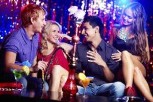 Zusammenkommen in einer Shisha Bar in Deutschland