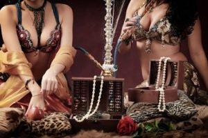 Frauen rauchen Shisha in hareem