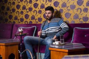 Wasserpfeife rauchen in Shisha Cafe in Türkei